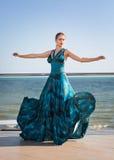 Привлекательная девушка в стильном синем платье Чувственная женщина на предпосылке голубого неба Красивое, ослабляющ и Стоковые Изображения RF