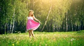 Привлекательная девушка на зеленом луге Стоковые Фотографии RF
