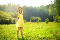 привлекательная девушка на зеленом лужке стоковые фотографии rf