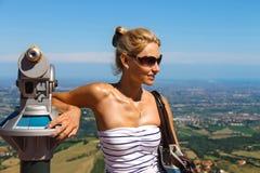 Привлекательная девушка на крепостях смотровой площадки Сан-Марино стоковое изображение