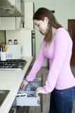 Привлекательная девушка на кухне Стоковое Изображение RF