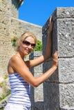 Привлекательная девушка около крепостной стены стоковая фотография rf