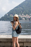 Привлекательная девушка принимая фото Стоковая Фотография RF