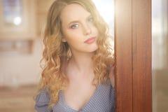 привлекательная девушка платья стоковая фотография rf