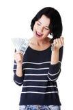 Привлекательная девушка с деньгами и дом на руках. Стоковые Изображения RF