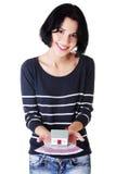 Привлекательная девушка с деньгами и дом на руках. Стоковые Фотографии RF