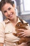 Привлекательная девушка с кроликом стоковое изображение rf