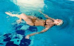 Привлекательная девушка с крышкой в плавательном бассеине стоковые фотографии rf