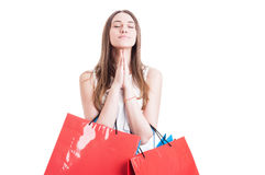 Привлекательная девушка с хозяйственными сумками моля или делая желание стоковое изображение