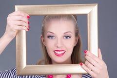 Привлекательная девушка pinup blondie в striped платье с рамкой фото Стоковое Изображение RF