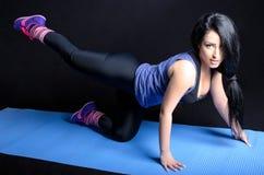 привлекательная делая женщина тренировки Стоковое Изображение