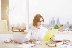 Привлекательная женская делая обработка документов Стоковая Фотография RF