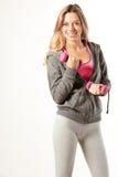 Привлекательная женская модель фитнеса изолированная на белой предпосылке Стоковые Фотографии RF