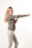 Привлекательная женская модель фитнеса изолированная на белой предпосылке Стоковое фото RF