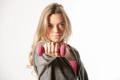 Привлекательная женская модель фитнеса изолированная на белой предпосылке Стоковые Изображения RF