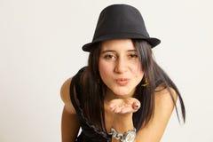 Привлекательная женщина дуя поцелуй на камере стоковая фотография