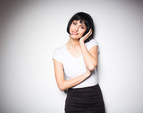 Привлекательная женщина брюнет стоя рядом с стеной Стоковые Изображения