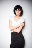 Привлекательная женщина брюнет стоя рядом с стеной Стоковые Изображения RF