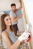 Привлекательная женщина восстанавливая усмехаться дома Стоковая Фотография