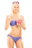 Привлекательная женщина в бикини есть арбуз Стоковая Фотография RF