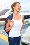Привлекательная женщина в гавани К югу от Испании стоковое изображение