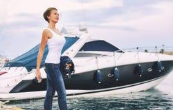 Привлекательная женщина в гавани К югу от Испании стоковое фото rf