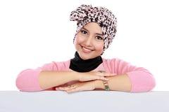 Привлекательная женщина в головном scraf держа пустую белую доску стоковая фотография