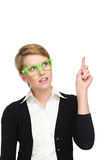 Привлекательная женщина в зеленых стеклах указывая вверх. стоковые фото