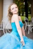 Привлекательная женщина в длинном голубом платье в парке blondish стоковое фото rf