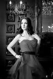 Привлекательная женщина в длинном красном платье в роскошном интерьере ретро, винтажный стиль Стоковые Изображения RF