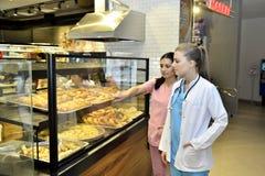 Привлекательная женщина в кафе выбирая торт Стоковое фото RF