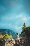 Привлекательная женщина в крепости бара Stari старой, Черногории Женщина брюнет в белом платье идет вокруг замка, волшебства Стоковые Фотографии RF