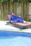 Привлекательная женщина в мусульманском burkini swimwear на кровати планки пляжа около бассейна Стоковые Изображения RF