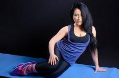 Привлекательная женщина в одеждах спорта Стоковые Фото