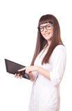Привлекательная женщина в пальто лаборатории белом с ПК таблетки Стоковое Изображение