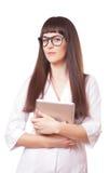 Привлекательная женщина в пальто лаборатории белом с ПК таблетки Стоковая Фотография