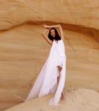 Привлекательная женщина в пустыне стоковое фото