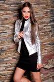 Привлекательная женщина в серебряной кожаной куртке Стоковое Изображение RF