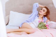 Привлекательная женщина в спальне Стоковые Изображения