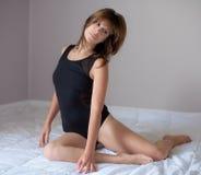 Привлекательная женщина в черном трико Стоковое Фото