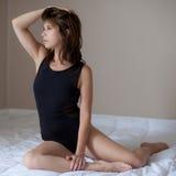 Привлекательная женщина в черном трико Стоковые Изображения