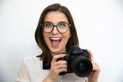 Привлекательная женщина держа камеру стоковое изображение