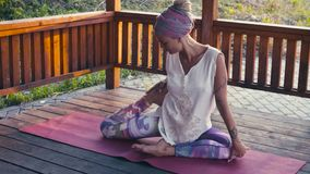 Привлекательная женщина делая тренировки йоги Kapotasana