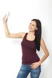 Привлекательная женщина делая фото selfie на изолированном smartphone Стоковые Фото