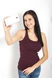 Привлекательная женщина делая фото selfie на изолированном smartphone Стоковые Изображения