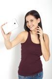Привлекательная женщина делая фото selfie на изолированном smartphone Стоковое Изображение RF