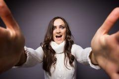 Привлекательная женщина делая фото selfie Стоковые Фото