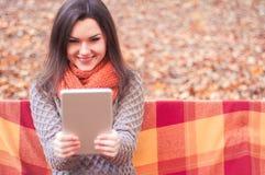Привлекательная женщина делая selfie в парке Стоковые Изображения