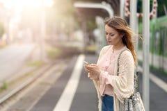 Привлекательная женщина ждать на платформе Стоковые Изображения RF