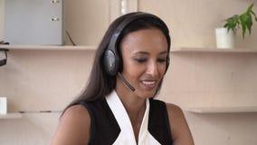 Привлекательная женщина имеет переговор дать совет о некотором детале акции видеоматериалы